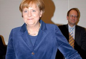 angela-merkel_big-shoe_ralf-denninger